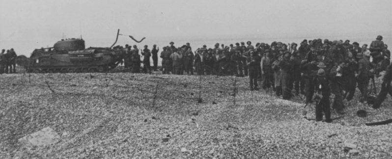 Подбитые танки «Черчилль» и канадские военнопленные на пляже Дьеппа. Август 1942 г.