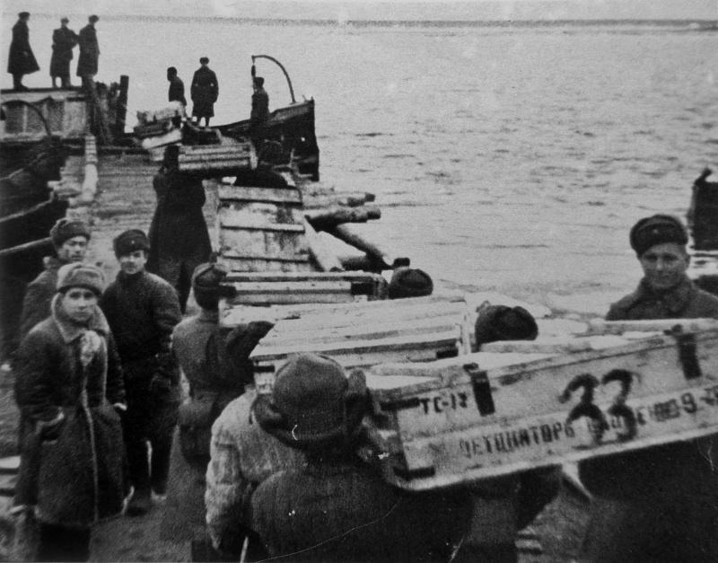 Погрузка боеприпасов, доставляемых по Волге. 1942 г.