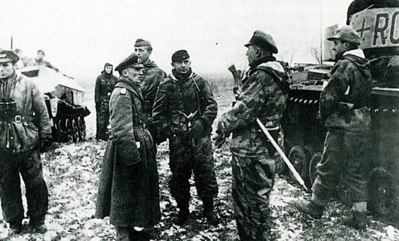 Командир 7-й танковой дивизии Хассо фон Мантойфель в пригороде Житомира. Ноябрь 1943 г.