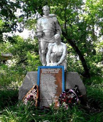 с. Амонь Хомутовского р-на. Памятник, установленный в 1961 году на братской могиле, в которой захоронено 147 советских воинов, в т.ч. 117 неизвестных.