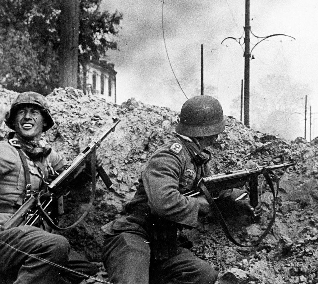 Немецкие солдаты 24-й танковой дивизии в бою на южной станции Сталинграда. 15 сентября 1942 г.