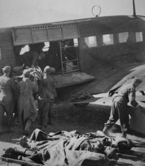 Погрузка раненых в немецкий транспортный самолет на аэродроме под Сталинградом. 1942 г.