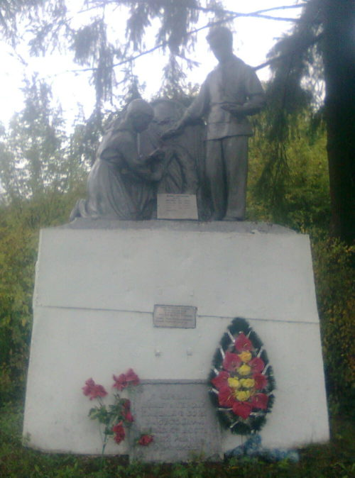 х. Богомолов Хомутовского р-на. Памятник, установленный в 1960 году на братской могиле, в которой захоронено 17 советских воинов, в т.ч. 12 неизвестных.