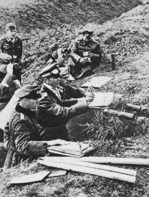 Фридрих Паулюс на наблюдательном пункте под Сталинградом. 1942 г.