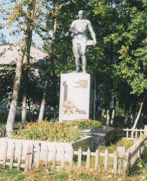 с. Большая Алешня Хомутовского р-на. Памятник, установленный на братской могиле, в которой захоронено 60 советских воинов.