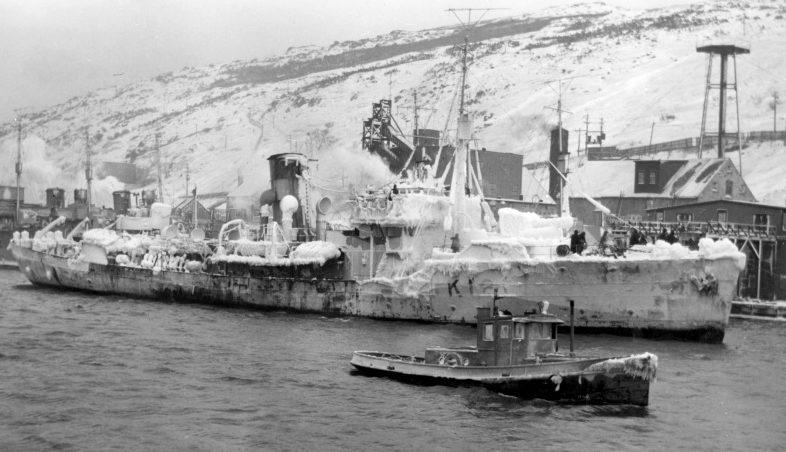 Обледеневший канадский корвет «Римауски» в гавани порта Сент-Джонс. 1942 г.