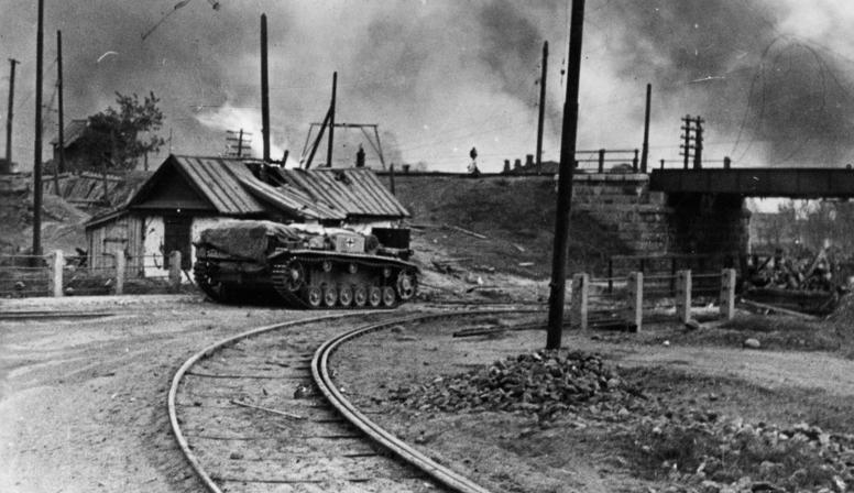Немецкая самоходка на окраине города. Сентябрь 1942 г.