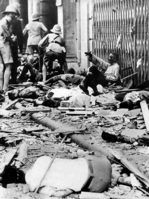 Британские солдаты у раненых и убитых китайских мирных жителей в Шанхае. 1937 г.