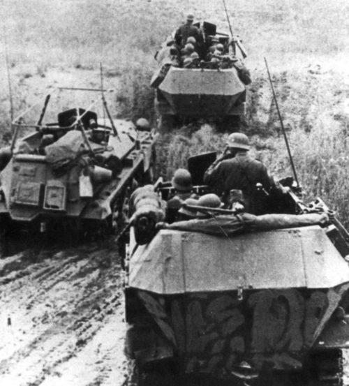 Бронетранспортеры Вермахта в степи под Сталинградом. Сентябрь 1942 г.