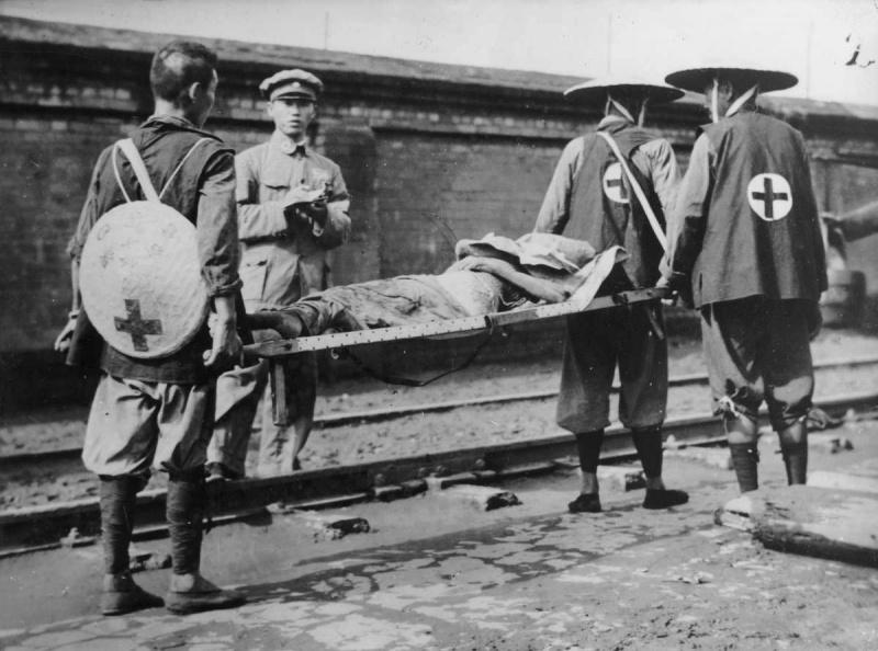 Китайские санитары с носилками у железной дороги в Шанхае. 1937 г.