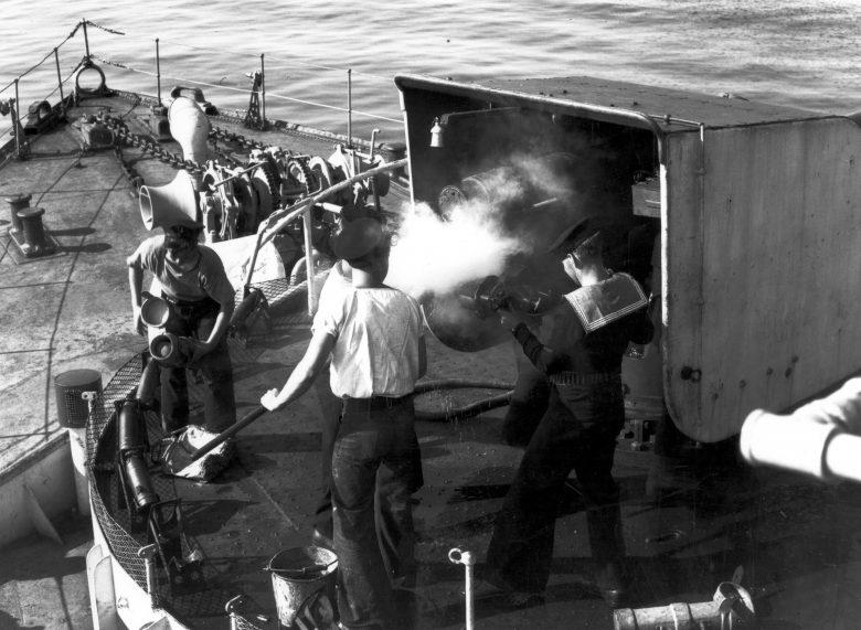 Матросы ведут огонь из 101,6мм пушки корвета «Шербрук». 1942 г.