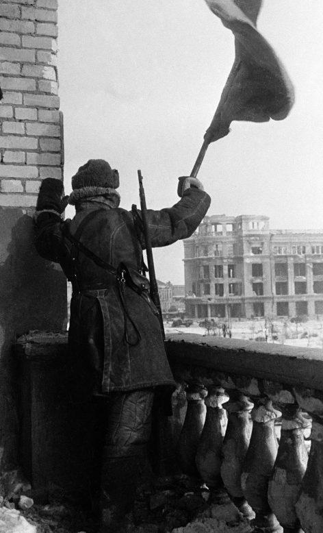 Красный флаг над площадью Павших борцов в Сталинграде. 9 января 1943 г.
