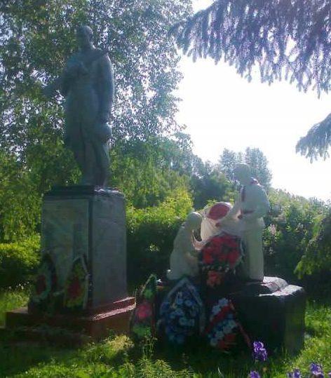 с. Деменино Хомутовского р-на. Памятник, установленный на братской могиле, в которой захоронено 250 советских воинов, в т.ч. 113 неизвестных.