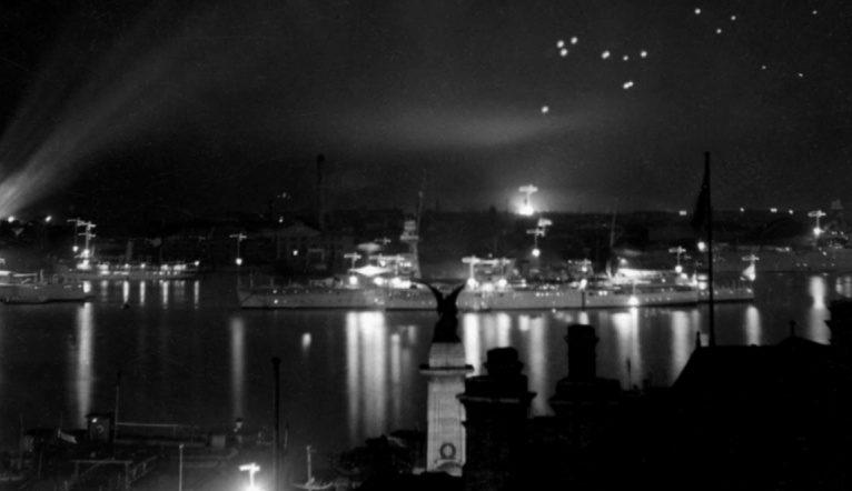 Японские боевые корабли отражают налет китайской авиации в гавани Шанхая. 1937 г.