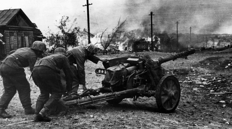 Немецкие артиллеристы на окраине города. Сентябрь 1942 г.