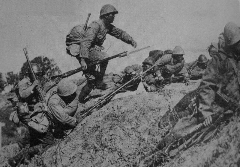 Солдаты 18-го полка японской армии в атаке в Дачанге. Октябрь 1937 г.