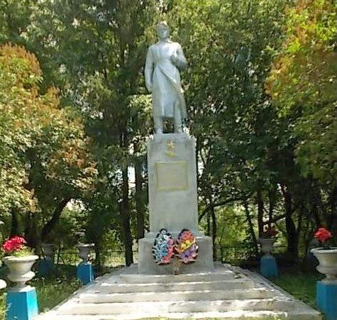 с. Звенячка Хомутовского р-на. Памятник, установленный в 1967 году на братской могиле, в которой захоронено 129 советских воинов, в т.ч. 118 неизвестных.