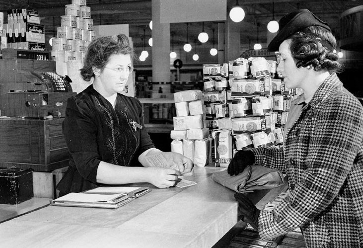 Покупка продуктов питания в универмаге «Eaton» по талонам. Торонто, 30 марта 1943 г.