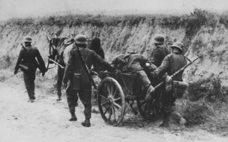 Эвакуация раненного немецкого солдата. Сентябрь 1942 г.