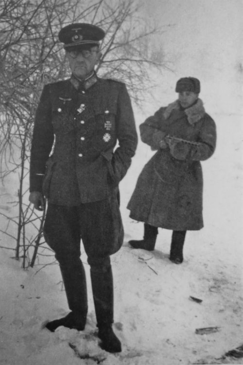 Красноармеец конвоирует начальника санитарной службы 6-й армии Отто Ренольди. Январь 1943 г.