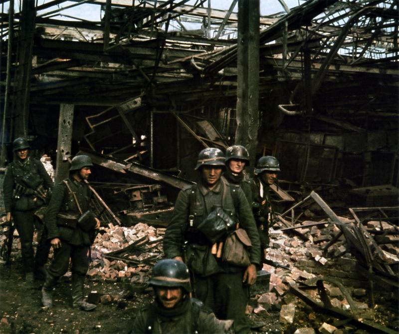 Немецкая штурмовая группа на развалинах завода. Сентябрь 1942 г.
