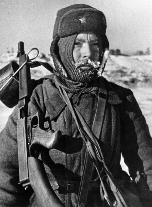Боец Сталинградского фронта с пистолет-пулеметом Томпсона М1928. Январь 1943 г.