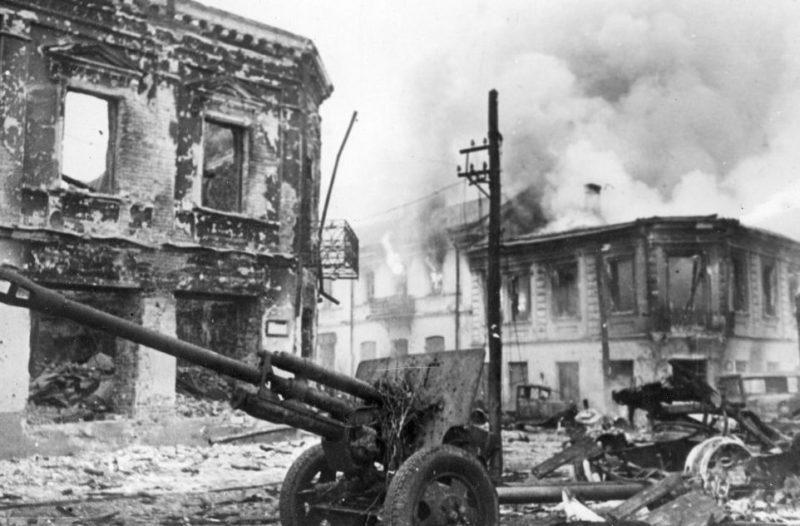 Разбитая советская техника на улицах города. Ноябрь 1943 г.