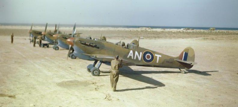 Военнослужащие эскадрильи № 417 Королевских канадских ВВС на пустынном аэродроме в Северной Африке. Май 1943 года.