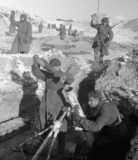Батарея полковых 120-мм минометов ведет огонь по немецким позициям. Январь 1943 г.