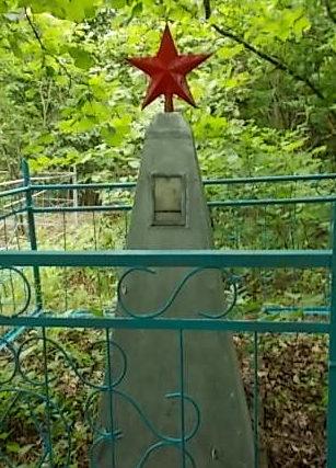 п. Красный Курган Хомутовского р-на. Братская могила 2 советских воинов.
