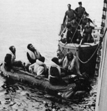 Выжившие немецкие подводники с «U-558» отбуксированы на борт HMCS «Athabaskan». 24 июля 1943 г.