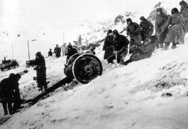 Советские солдаты перемещают полковую пушку. Январь 1943 г.