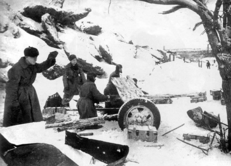 Артиллерийская позиция советского орудия. Январь 1943 г.