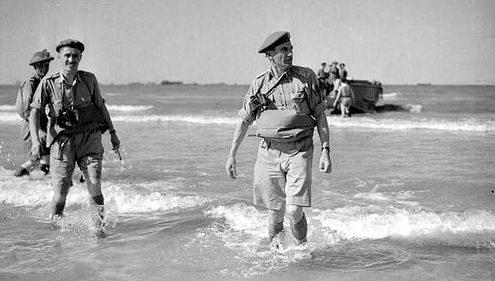 Командир 1-й канадской дивизии генерал-майор Гай Г. Саймондс выходит на берег с десантного корабля в Сицилии. Июль 1943 г.