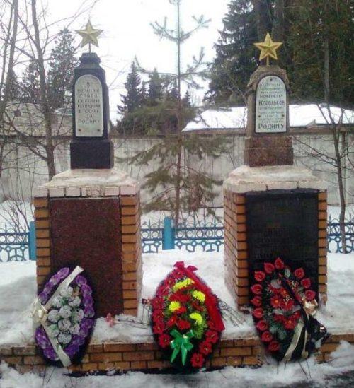 с. Малеевка Хомутовского р-на. Памятник, установленный в 1951 году на братской могиле, в которой захоронено 115 неизвестных советских воинов.