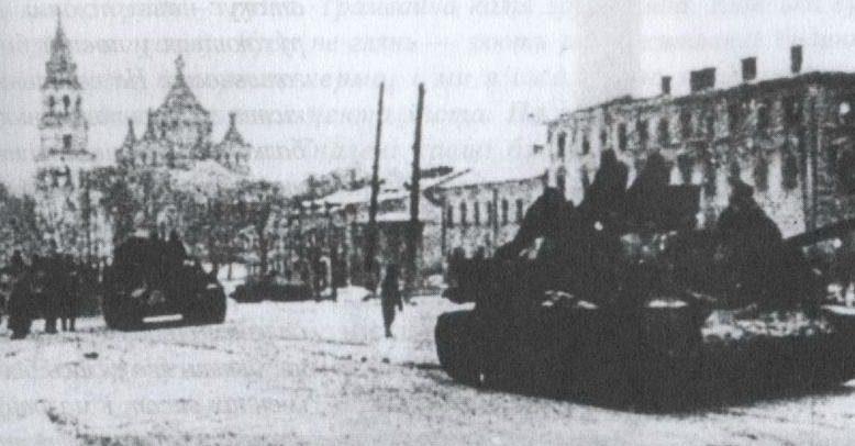 Советские танки в освобожденном городе. 31 декабря 1943 г.