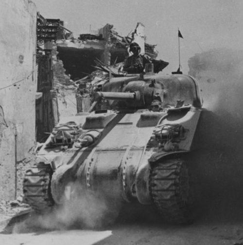 Канадский танк М4 «Шерман» на улице сицилийского городка Регальбуто. Июль 1943 г.