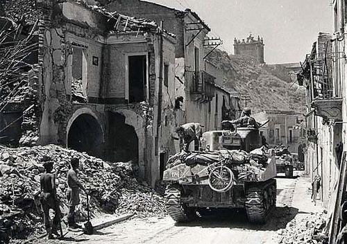 Канадские танки въезжают в руины города Регальбуто, Сицилия. 4 августа 1943 г.