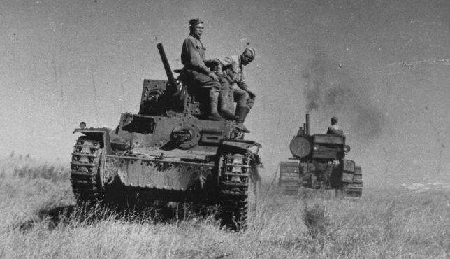 Красноармейцы буксируют захваченный немецкий танк трактором С-65. Сентябрь 1942 г.