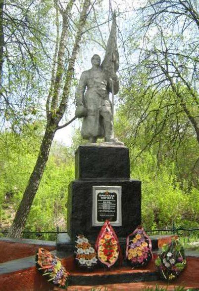 с. Нижнее Чупахино Хомутовского р-на. Памятник, установленный на братской могиле, в которой захоронено 411 советских воинов, в т.ч. 379 неизвестных.