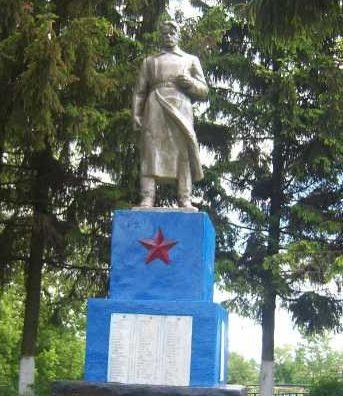 с. Ольховка. Хомутовского р-на. Памятник, установленный в 1968 году на братской могиле, в которой захоронено 365 советских воинов, в т.ч. 314 неизвестных.
