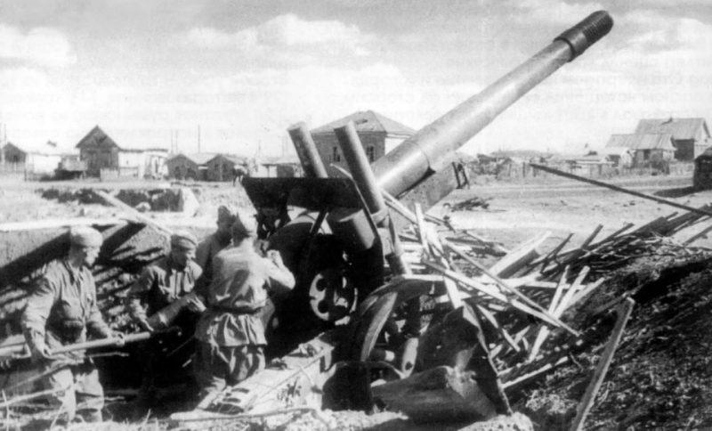 Гаубица-пушка МЛ-20 на огневом рубеже. Сентябрь 1942 г.