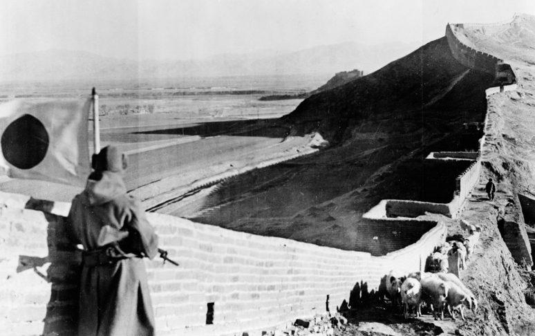 Японский солдат в карауле на Великой китайской стене. 1937 г.