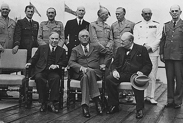 Премьер-министр Канады Маккензи Кинг, президент США Франклин Д. Рузвельт и премьер-министр Великобритании Уинстон Черчилль во время Квебекской конференции Август 1943 г.