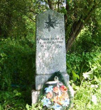 п. Павловка Хомутовского р-на. Братская могила, в которой захоронено 12 неизвестных советских воинов.