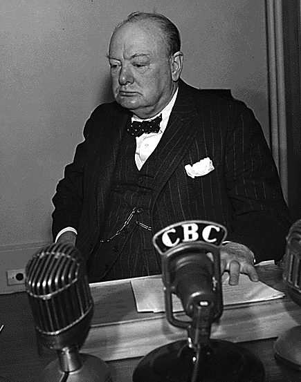 Уинстон Черчилль перед микрофоном Канадской радиовещательной корпорации во время конференции в Квебеке. Август 1943 г.