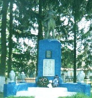 с. Петровское Хомутовского р-на. Памятник, установленный в 1959 году на братской могиле, в которой захоронено 223 советских воинов, в т.ч. 170 неизвестных.