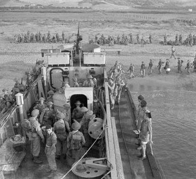 Посадка пехотинцев на десантный корабль. Катандзаро Марина, Италия. 16 сентября 1943 г.