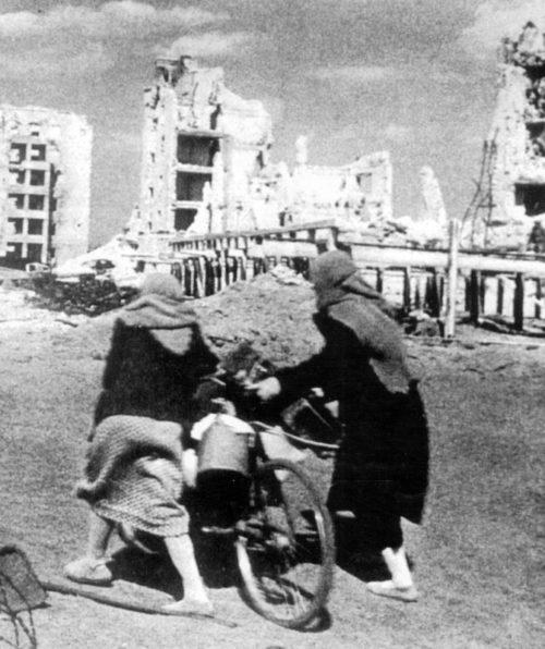 Женщины уходят в эвакуацию. Сентябрь 1942 г.
