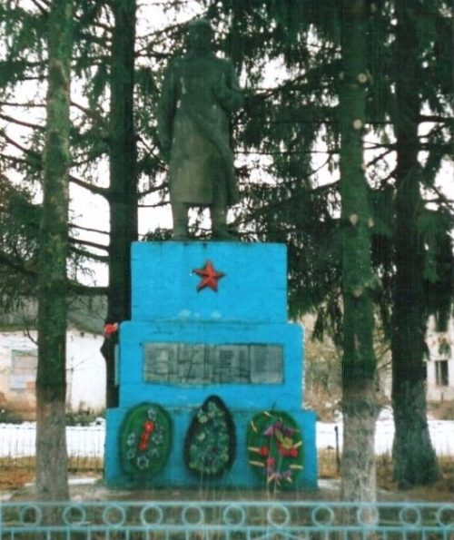 с. Поды Хомутовского р-на. Памятник у школы, установленный в 1969 году на братской могиле, в которой захоронено 155 советских воинов, в т.ч. 117 неизвестных.